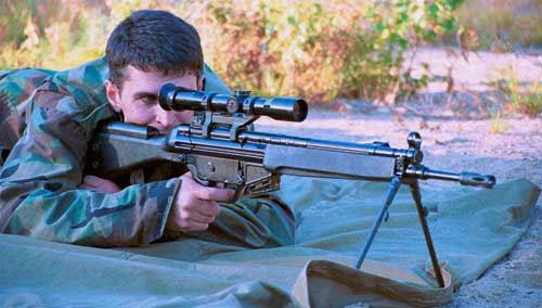 Для удобства прицеливания из винтовки с оптическим прицелом на приклад установлен дополнительный упор для щеки стрелка