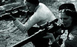Подготовка женщин-снайперов со снайперской винтовкой образца 1891/1930 года с прицелом ПЕ