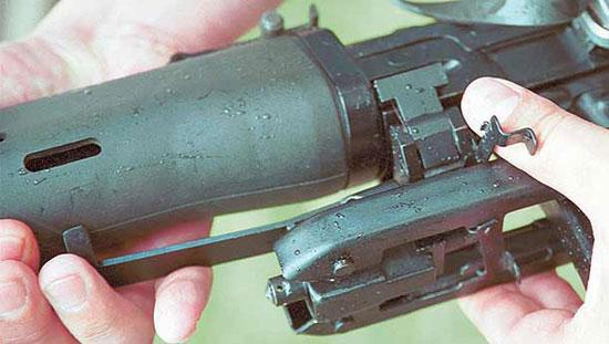 Конструкция сошки позволяет снимать и устанавливать её на винтовку без применения инструмента. Основание сошки имеет защёлку, которая фиксируется поворотной чекой. Устанавливается сошка на переднюю часть ствольной коробки