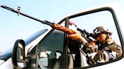 Китайский солдат спецподразделения SWAT со снайперской винтовкой «Тип 79» – пиратской копией СВД