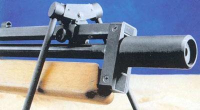 Поворотный узел сошек может перемешаться по специальной шине, расположенной над стволом. Винтовка как бы висит под узлом крепления сошек, что положительно сказывается на удобстве прицеливания