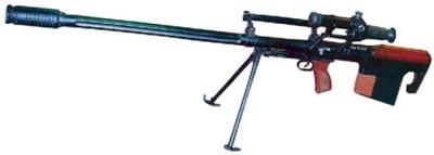 12,7-мм снайперская винтовка КСВК, на рукоятке для переноски смонтированы механические прицельные приспособления