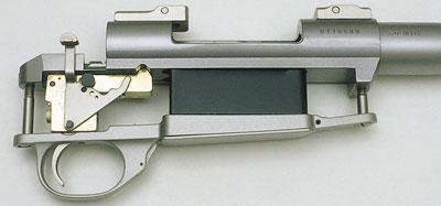 Гранёная с нижней стороны ствольная коробка. Под головкой имеется усиливающая пластина для компенсации отдачи при выстреле, в которую входит передний из двух винтов соединения с ложей.