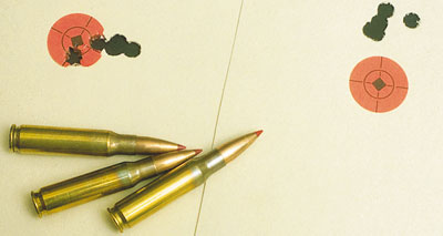 Доказательство кучности: попадание в цель с пяти выстрелов, выполненных на расстоянии 100 м из ружья Howa 1500 Varminter Supreme.