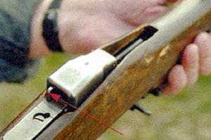 Для извлечения пачки из магазина до израсходования всех патронов необходимо нажать на защелку (указана стрелкой).