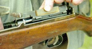 И в М1944 и в М1945 затворная рама и крышка ствольной коробки отделяются от ствольной коробки с поворотом. Для фиксации крышки и извлечения рамы в ствольной коробке предусмотрены специальные пазы (указаны стрелками).