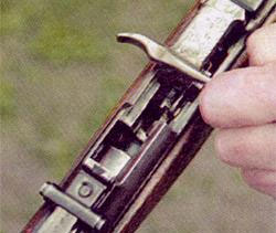 В М1944 затвор можно отводить назад как левой так и правой рукой. Это позволяет, при необходимости, перезарядить оружие левой рукой.