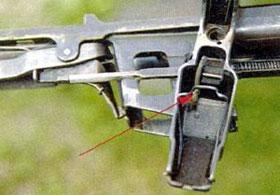 Стрелкой показана пружина, под действием которой выбрасывается пачка.