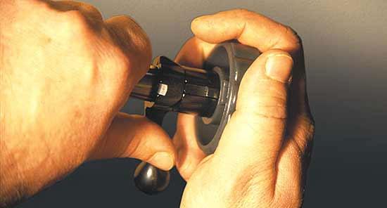 Для упрощения разборки-сборки затвора в комплект карабина входит специальный ключ