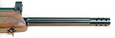 В передней части ствола имеются радиально-наклонные отверстия, которые выполняют функцию дульного компенсатора-пламегасителя