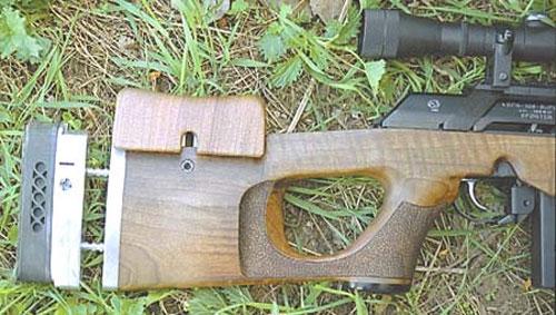 Приклад карабина регулируется по длине и может приспосабливаться для стрельбы как с левой, так и с правой руки. Затыльник приклада перемещается в вертикальной плоскости