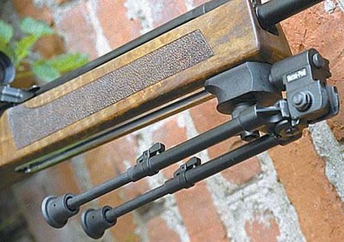 Расположение сошек на карабине может регулироваться, что бывает необходимо при стрельбе с различных позиций.