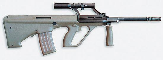 Охотничий карабин AUG со штатным оптическим прицелом на съёмном кронштейне. Вид справа