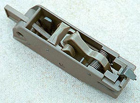 Ударно-спусковой механизм практически полностью изготовлен из полимерных материалов