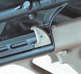 Рукоятка перезаряжания в крайнем заднем положении фиксируется поворотом вверх