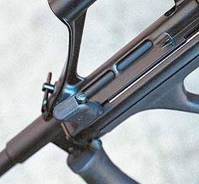 На некоторых модификациях рукоятка перезаряжания оснащается фиксатором, позволяющим с помощью рукоятки докрывать затвор
