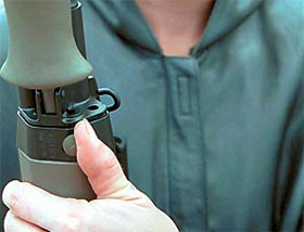 Показана кнопка фиксатора ствола