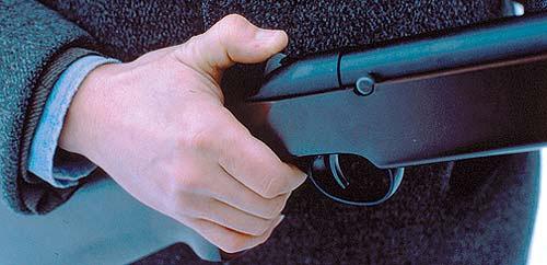 Предохранитель винтовки МР-513М позволяет с одинаковым удобством как визуально, так и на ощупь определить его состояние. При взведении поршня предохранитель включается автоматически