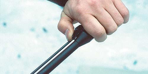 Для открывания винтовки необходимо сначала отжать защёлку в передней части ствола. Защёлка связана с фиксатором тягой, которая может отделяться и использоваться в качестве шомпола