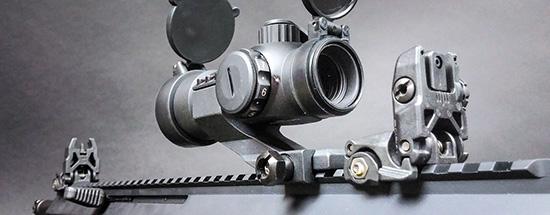 Механические прицельные приспособления обычно выступают запасными,  поэтому их делают складными, как Magpul MBUS. Обычно ими можно  пользоваться, не снимая основной коллиматорный (Dong-In Optical IB-32)  либо оптический прицел