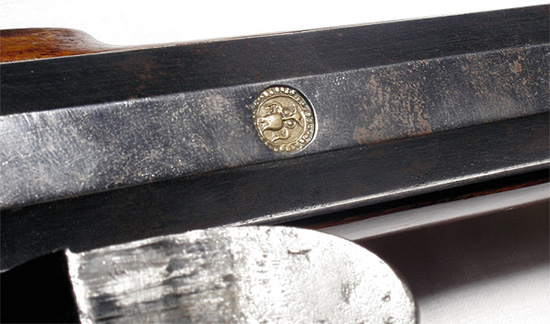 МУДРЫЙ СТВОЛ.   Сверху ствола штуцера выбито глубокое клеймо сизображением совы—  символа мудрости. Досегодняшних дней недошло имя оружейника, так  оригинально клеймившего свои стволы. Возможно, что современем оно будет  обнаружено ипродукция обретет имя. Общий анализ конструкции штуцера  иего клеймения позволяет говорить опроизводстве этого оружия во второй  половине XVIII века наземлях, ставших впоследствии Австрийской  империей.