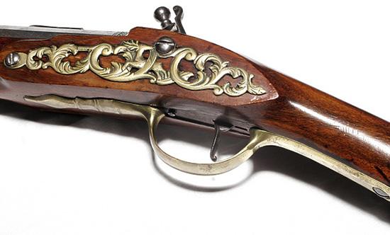 Металлическая накладка срастительным узором делает оружие изящным.