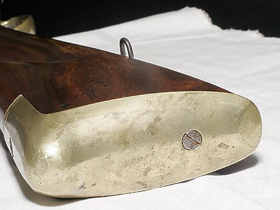 Затыльник приклада традиционно закрыт металлической накладкой.