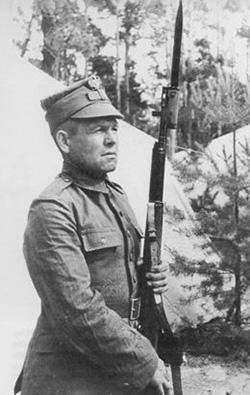 Солдат Войска Польского с винтовкой CBT-40 позднего выпуска (дульное  устройство аналогично АВТ-40 но магазин винтовки рассчитан на 10  патронов)