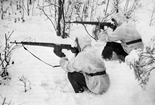 Трофейные СВТ широко использовались в армии Финлянлии. На снимке финские солдаты с СВТ-38 (на переднем плане) и СВТ-40