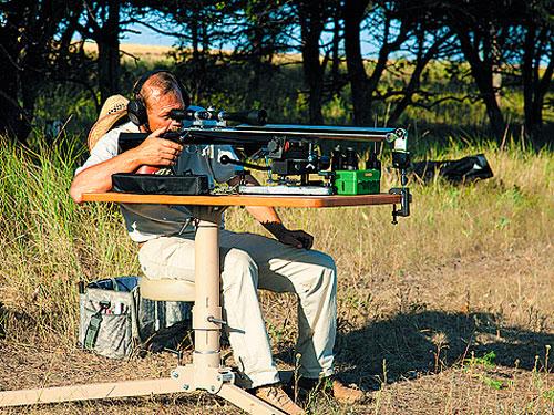 На стрельбище винтовка показала кучность 0,41МОА по пяти выстрелам на 833 метра.
