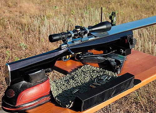 Ложи сверхточных винтовок делают с минимальным погибом, чтобы уменьшить плечо силы отдачи. Такое ложе впервые разработал и применил Боб Адамович в 1986 году.