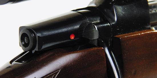 Предохранитель включен, он запирает ударник и затвор. Хвостовик ударника выступает из тела курка, что определяется визуально и наощупь.