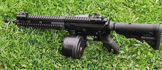 Карабин смагазином «улитка» для .223 калибра. Хотелось бы иметь подобный идля патронов 9х19 мм,  но вРоссии закон неразрешает снаряжать магазин более чем 10 патронами одновременно.