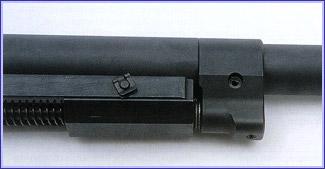 Газоотводное устройство находится на стволе примерно в 250 мм от казённого среза.