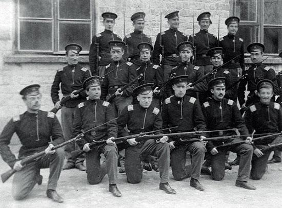 Воспитанники военно-учебного заведения с драгунскими винтовками системы Бердан № 2.
