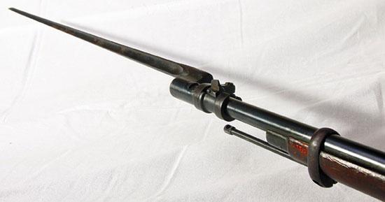 Русская винтовка традиционно имела игольчатый штык, причем острие 4-гранного штыка к «трехлинейке» было заточено в виде плоскости, как лезвие отвертки. Сейчас в литературе очень популярно упоминать, что тем самым штык был предназначен для легкого откручивания и закручивания винтов на оружии. На самом деле такая заточка позволяла штыку при ударе как бы огибать кость и не застревать в ней, тем самым выдернуть такой штык из тела противника было проще. Пехотные и драгунские винтовки пристреливались всегда с примкнутыми штыками. Драгуны — аналог современной мотопехоты — вне боевых действий носили штык в специальных гнездах на шашке.