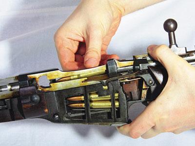 Трехлинейная винтовка предназначена для обойменного заряжания, зарядить ее без обоймы также не составляет труда.