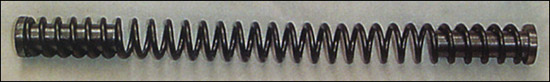 Боевая пружина одним концом упирается в колодку спускового механизма, а другим входит в поршень.