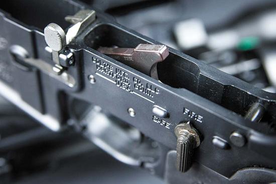 Органы управления— рычаг затворной задержки и флажок предохранителя; из  внутренностей ловера выглядывает курок спускового механизма