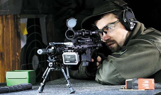На позиции. На верхней планке Пикатинни в передней части цевья  смонтирована камера GoPro, снимающая счастливую физиономию стрелка