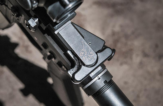 Штатная рукоятка взведения типична для всех карабинов AR-15. При установке оптики ее можно сменить на усовершенствованную