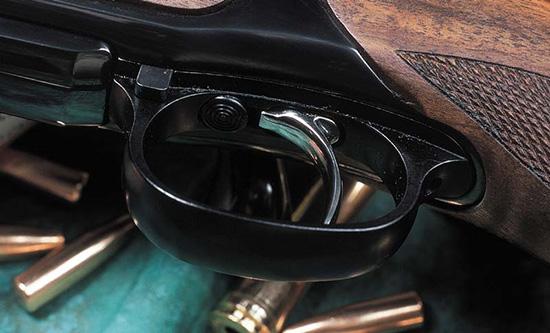 Спуск снабжен шнеллером; для его включения нужно сместить вперед  спусковой крючок, перед которым видна круглая кнопка предохранителя