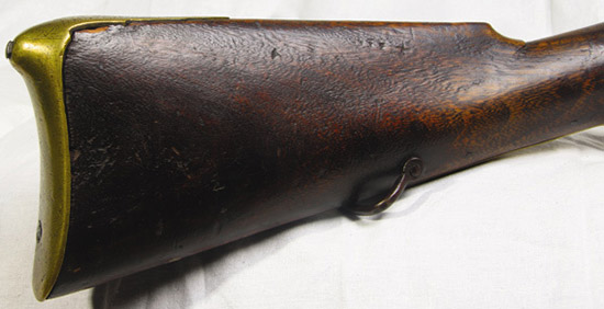 Оформление медносплавного прибора французского офицерского мушкетона  традиционно для XVIII в. Понему безошибочно можно отличить офицерское  оружие от простого солдатского.