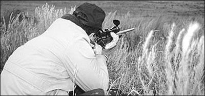 Охотник должен овладеть техникой стрельбы с опорой на собственный скелет с использованием погона. Дело не только в том, что на охоте в момент выстрела упора может не оказаться под рукой. Точность не гарантирована, если вы не полностью контролируете винтовку. Держите винтовку в руках, это вы ей владеете, а не она вами. Вложите её в плечо, а не упирайте в руку.