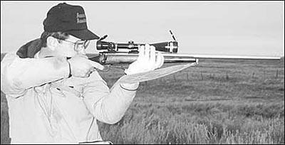 Когда я стрелял из винтовок с обычной ложей, я увеличивал выемку под ресивер в передней части на 3/8 дюйма (9,5 мм) и на это расстояние смещал вперёд затворную группу. Это делалось для того, чтобы улучшить положение спускового крючка, так чтобы до него дотрагивался только кончик указательного пальца. Таким образом я заметно увеличивал также и расстояние от спускового крючка до затыльника (length of pull) по сравнению с фабричными ложами. Это делало спуск более универсальным, подходящим для разных положений стрельбы. Часто кто-нибудь брал одну из моих винтовок и говорил: «Длинновато». Но потом стреляли десяток выстрелов из моей, десяток из своей, и всегда моя в конце концов нравилась больше. Полностью регулируемые ложа и спусковой механизм винтовки Т2К дают возможность экспериментировать с почти бесконечными вариантами настройки.