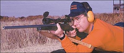 Испытайте вашу винтовку из положения реальной стрельбы на охоте, а не со стрелкового стола. Если вы считаете, что для точного результата испытания вам требуется стрелять с упора, положите на мешок руку, а не голое цевьё, и используйте погон. Держите винтовку так, как вы держите её при стрельбе без упора. Положение точки попадания зависит от того, насколько вы позволяете винтовке откатиться, особенно это верно для лёгких винтовок с сильной отдачей. Если вы стреляете с упора с относительно свободным удержанием, то почти наверняка точка попадания будет не такой, как при стрельбе на охоте.