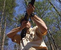 Располагая правую руку параллельно земле, стрелок зажимает приклад между плечом и щекой, что даёт большую стабильность при стрельбе с рук.