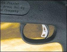 Новый Accutrigger. Усилие спуска настраивается пользователем в пределах от полутора до шести фунтов. Металлический «хвост», выступающий из собственно спускового крючка, - это и есть AccuRelease, чтобы произвести выстрел, он должен быть полностью нажат. Если же нет, спусковой крючок блокируется, и случайный выстрел невозможен.
