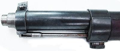 Вид на дульную часть Mauser 1889. Хорошо видны защитный кожух ствола, мушка, крепление штыка.