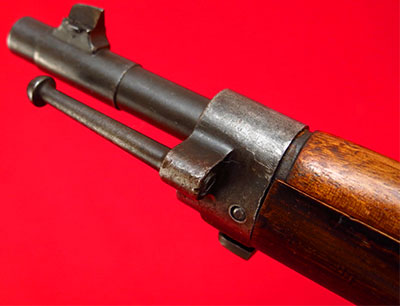 Вид на ствол с мушкой и переднее ложевое кольцо с креплением для штыка и костыльком для сцепления винтовок Mannlicher-Schoenauer Υ1903/14